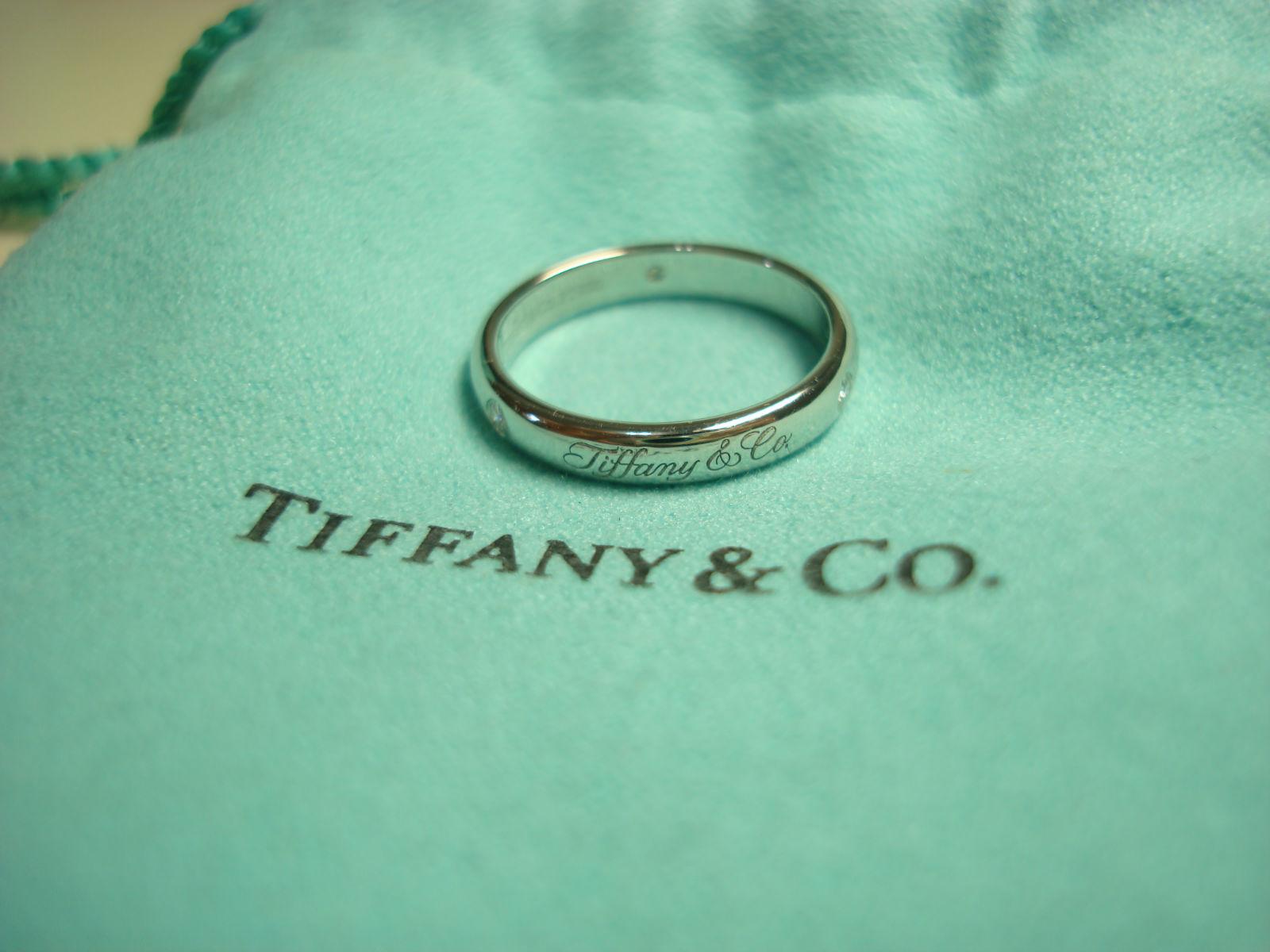 在Tiffany附的小袋子上拍一張