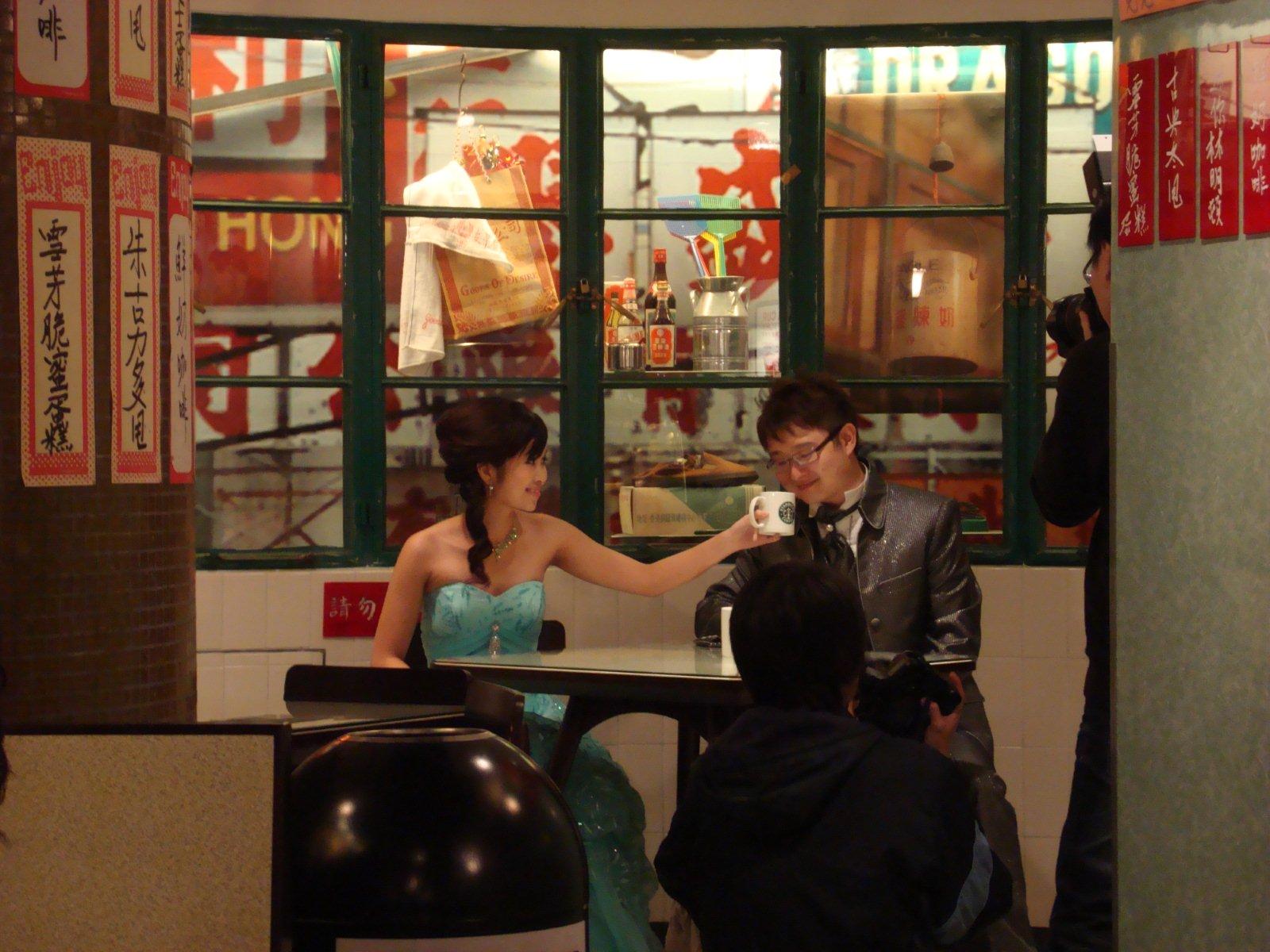 第一組新人在星巴克冰室角落拍婚紗