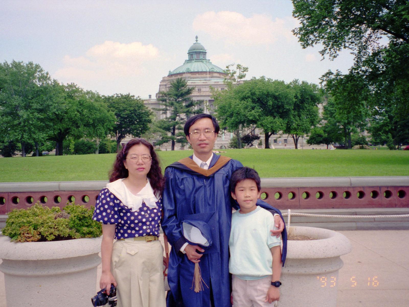 老爸念完GWU碩士!