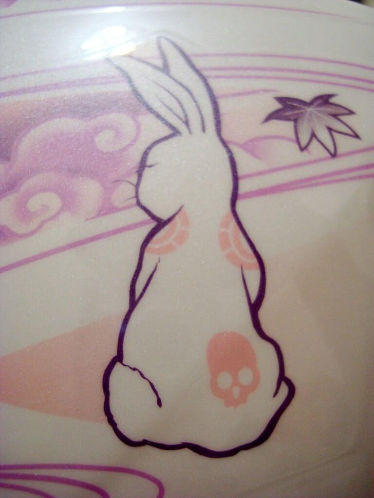27Y的兔子彩繪,這隻兔子屁股上有棵骷顱頭!