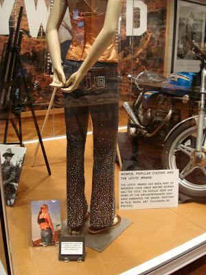 J-Lo穿過的牛仔褲。(有看到屁股上的J-Lo嗎?)